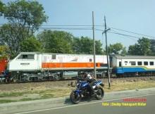 bajaj pulsar balapan dengan kereta api