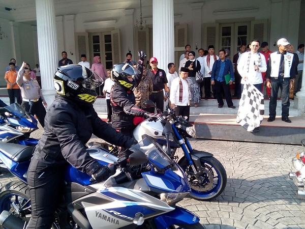 Pelepasan 7 Srikandi peserta touring Women on Wheels naik motor Yamaha oleh Gubernur DKI Jakarta Bapak Basuki Tjahaja Purnama di Balai Kota