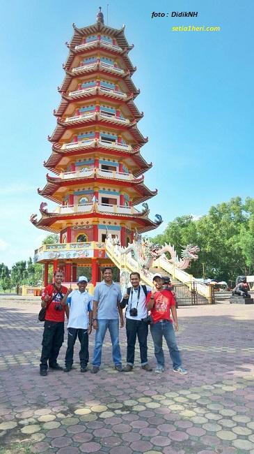 blogger mejeng didepan pagoda pulau kemaro palembang