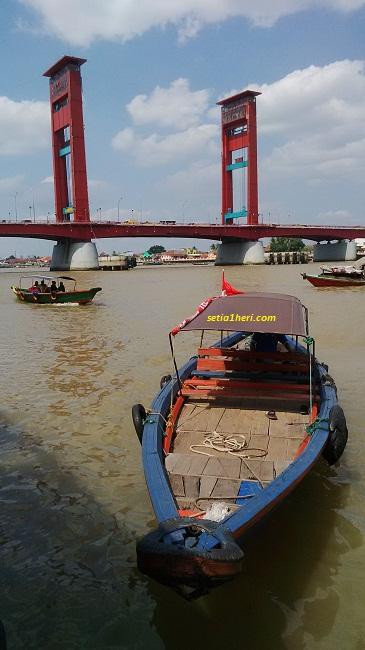 dibawah jembatan ampera palembang sumatera selatan