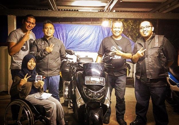 Echi Pramitasari bersama Yamaha NMAX miliknya dan member Jakarta Max Owners lainnya