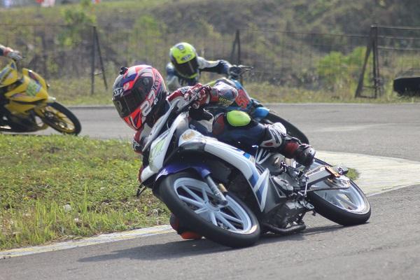 R Fadhil saat memacu Yamaha MX King di seri 4 Kejurnas Balap Motor kelas 150cc di sirkuit Bukit Gunung Peusar Tasikmalaya