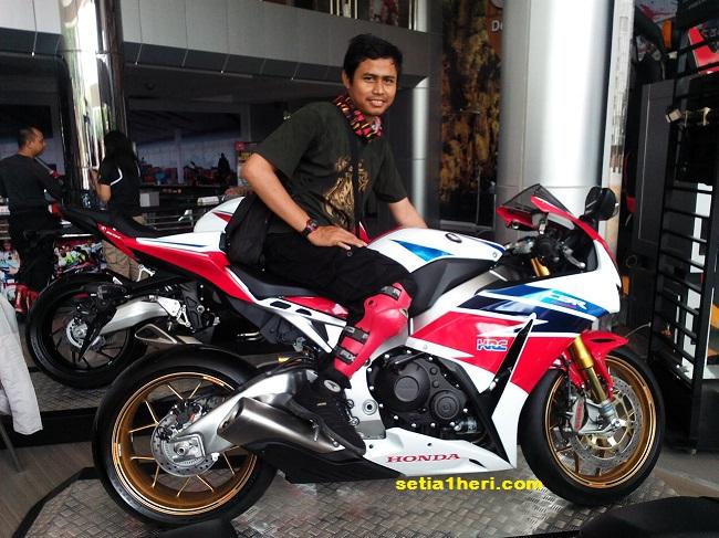 KHS mejeng bareng Honda CBR100RR SP di MPM Simpang Surabaya