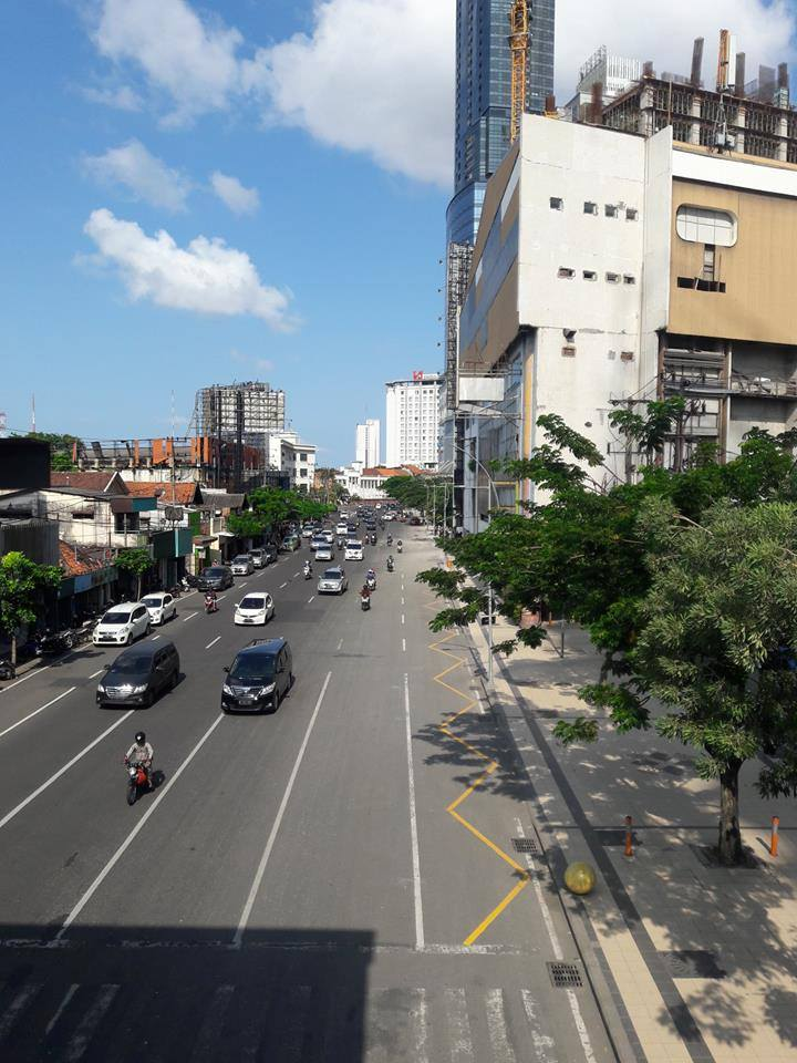 marka jalan biku-biku warna kuning di kota surabaya