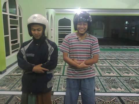 alay sholat memakai helm tahun 2016