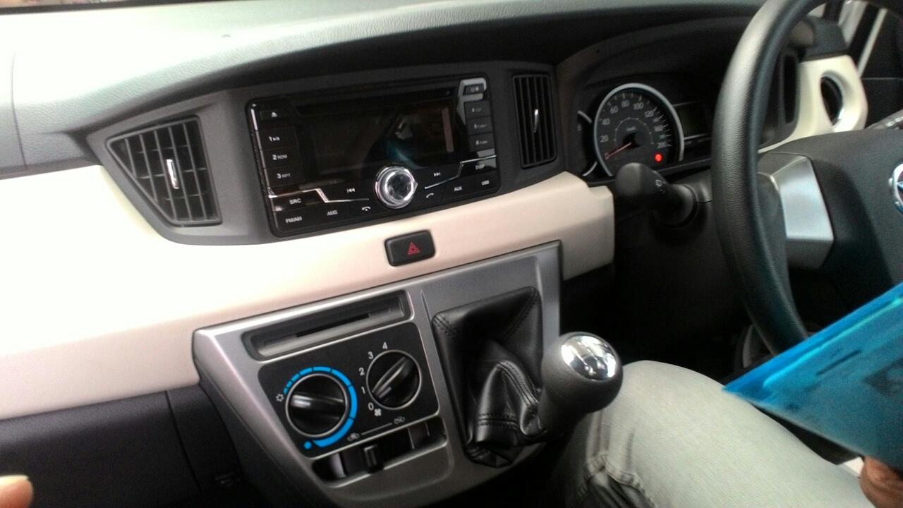 Gambar detail kemudi Daihatsu Sigra Tipe R MT Deluxe warna putih (kasta tertinggi)
