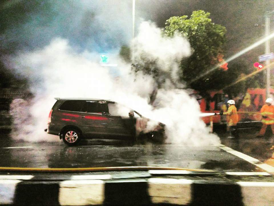 pemadaman-mobil-innova-terbakar-di-ngagel-surabaya-9-oktober-2016
